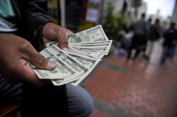 تشدید نااطمینانی فعالان اقتصادی به بازار ارز/رونق اجاره کارت ملی