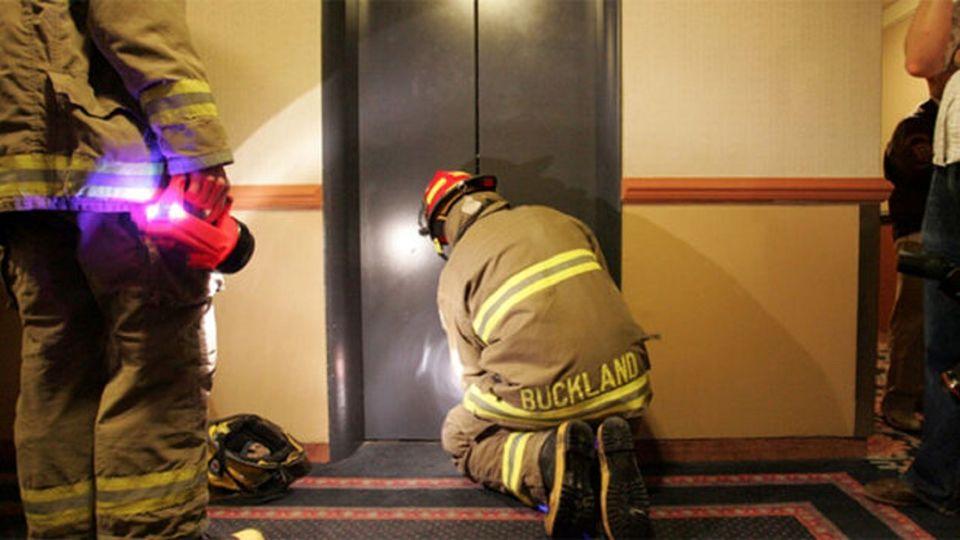 آیا هنگام قطعی برق، ما خفه میشویم یا آسانسور سقوط میکند؟